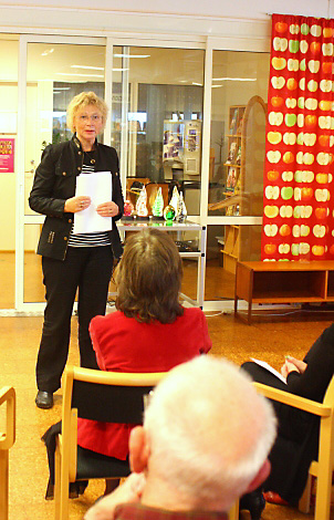 """Publiken lyssnar när Inger Maria Johansson läser """"Spår av femtiotal."""