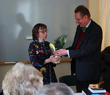 Nyvalda ordföranden Carin Rickardsson avtackar avgående ordföranden Erik Lindfelt med ett olivträd
