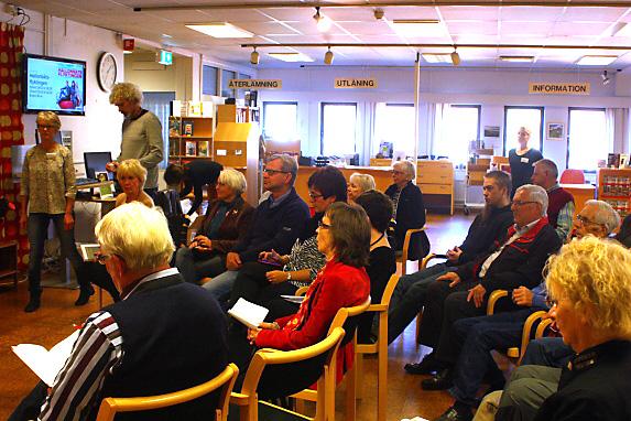 Ett 30-tal personer hade kommit till Hultsfreds bibliotek.