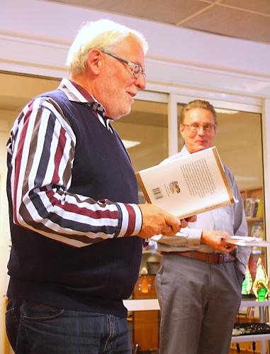 Kjell Olof Bohlin läser utdrag ur sin dikt Hemkänsla. I bakgrunden ordföranden Erik Lindfelt.